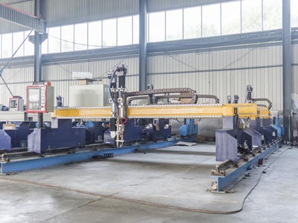 Kina Jiaxin 1300 * 2500mm woking område plasma skære maskine til metal cutter Plasma speciel stat LCD-panel kontrol system